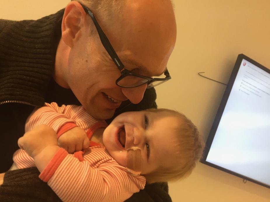 Rora og pappa på sykehuset for å sette ny sonde